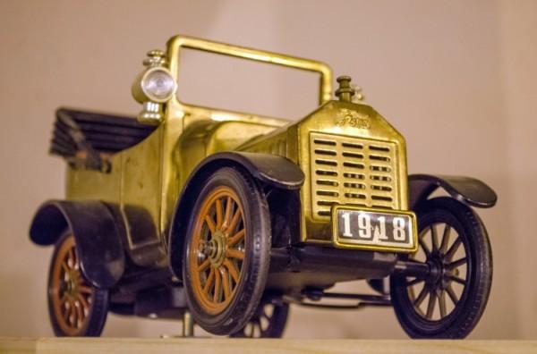 Игрушечный автомобиль. Фото Дмитрия Миртича
